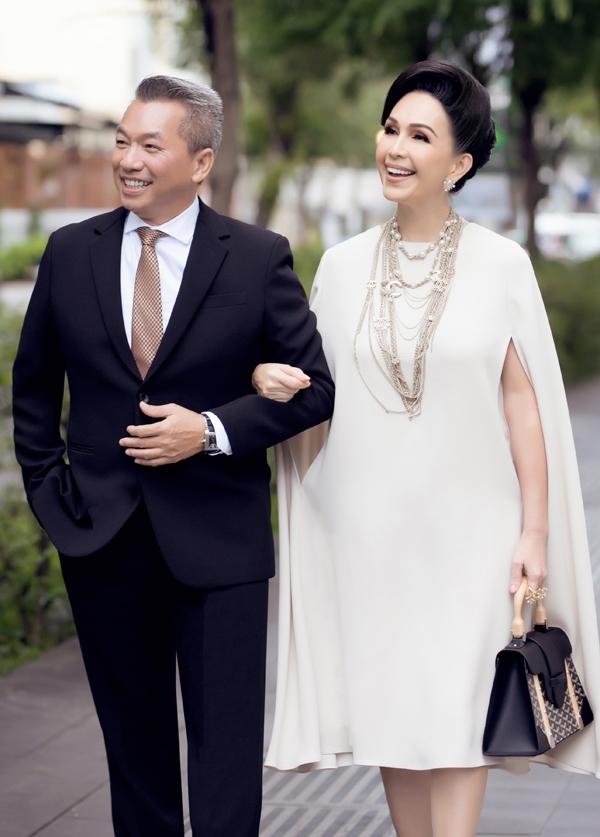 [Caption] Mới đây, diễn viên, nữ hoàng ảnh lịch Diễm My và ông xã doanh nhân Hà Tôn Đức cùng xuất hiện trong một sự kiện đầu tư giữa Úc và Việt Nam, diễn ra tại TP.HCM. Đây là lần hiếm hoi vợ chồng nữ diễn viên cùng xuất hiện do mỗi người đều có công việc riêng và lịch trình hoạt động khác nhau. Mỗi khi có thời gian rảnh, ông xã của Diễm My luôn cố gắng dành cho vợ để cùng tận hưởng những giây phút hạnh phúc bình dị, vun đắp tình cảm sau 25 nên duyên vợ chồng. Doanh nhân Hà Tôn Đức là Việt kiều Mỹ, kinh doanh về thuyền buồm.    Tại sự kiện, Diễm My chọn diện một thiết kế của Đỗ Mạnh Cường với tông màu beige ngọt ngào. Bộ cánh được kết hợp hoàn hảo với hoa tai, vòng cổ của Chanel, nhẫn của Oscar de la Renta, túi Goyard, giày YSL.
