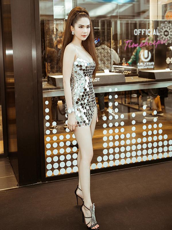 Ngọc Trinh phô diễn vóc dáng nuột nà khi diện váy ngắn đính vật liệu bắt sáng nổi bật tại sự kiện ở Singapore.