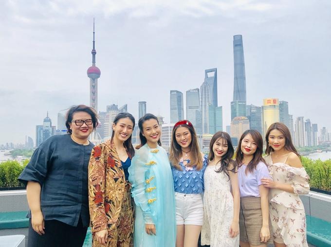 Người đẹp và bạn bè cùng chụp ảnh tại nhiều địa danh nổi tiếng của thành phố.
