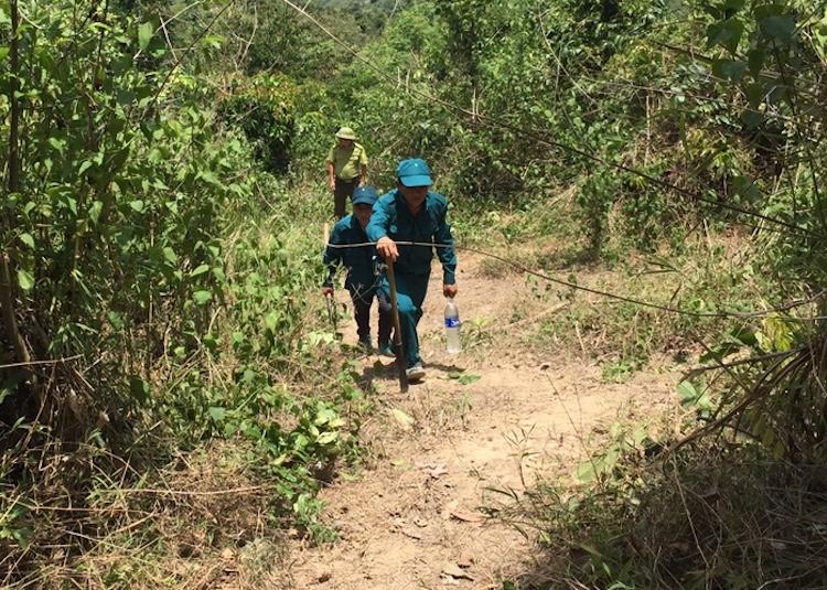 Lực lượng chữa cháy leo dốc tiếp cận hiện trường. Ảnh: NH.