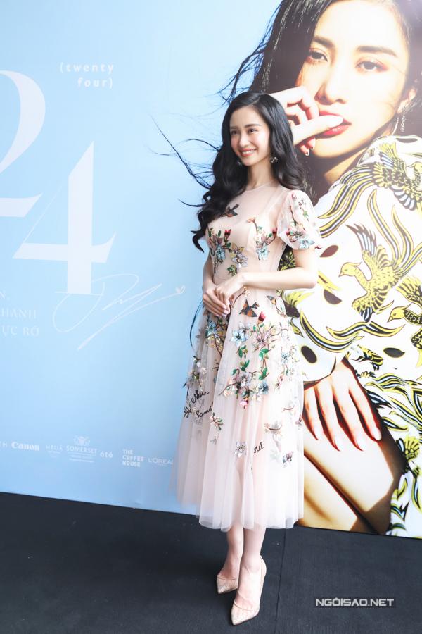 Diễn viên Người bất tử Jun Vũ xinh như công chúa trong mẫu váy xốp nhẹ bồng bềnh, phủ họa tiết hoa lá lãng mạn.