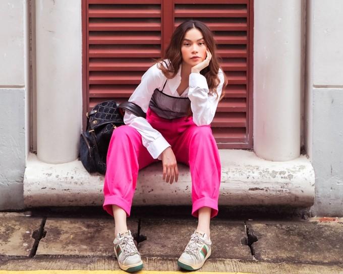 Hồ Ngọc Hà sang Singapore để làm giám khảo một cuộc thi âm nhạc quy mô châu Á. Cô cảm thấy hào hứng vì bản thân từng có kinh nghiệm tham gia nhiều chương trình quốc tế, gần nhất là Asias Next Top Model 2018. Khả năng tiếng Anh lưu loát cũng giúp nữ ca sĩ tự tin giao tiếp.