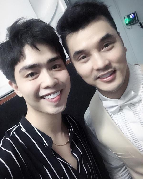 Kin Nguyễn từng gặp gỡ bạn thân của nữ ca sĩ là Ưng Hoàng Phúc và có nhiều mối quan hệ với giới nghệ sỹ trong showbiz Việt.