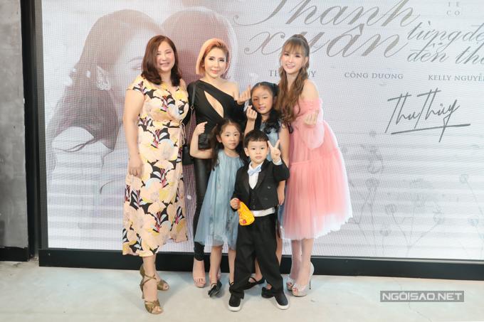 Mẹ ruột Thu Thủy (ngoài cùng bên trái) cùng chị dâu và các cháu đến chung vui cùng cô trong ngày ra MV Thanh xuân từng đẹp đến thế.