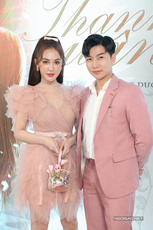 MC Nam Hee diện vest hồng, khoe vẻ trẻ trung, lịch lãm bên Kelly Nguyễn.