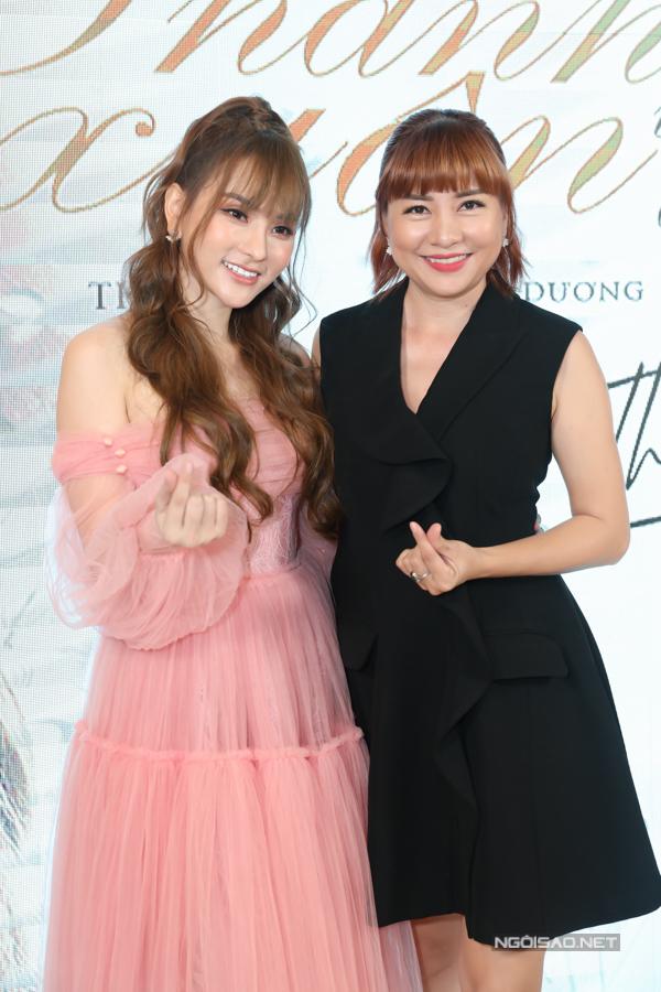 MC Ngọc Tiên mừng Thu Thủy ra mắt sản phẩm mới, mở màn cho các dự án của cô trong năm 2019.