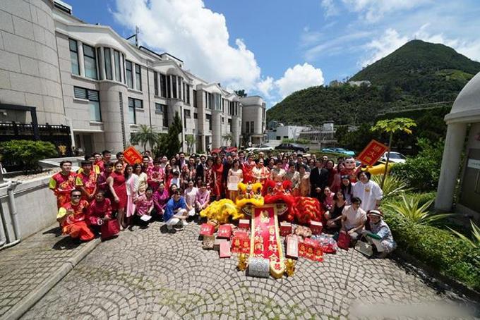 Gia đình, bạn bè của Hà Siêu Doanh và Tân Kỳ Cơ chúc mừng cặp vợ chồng.