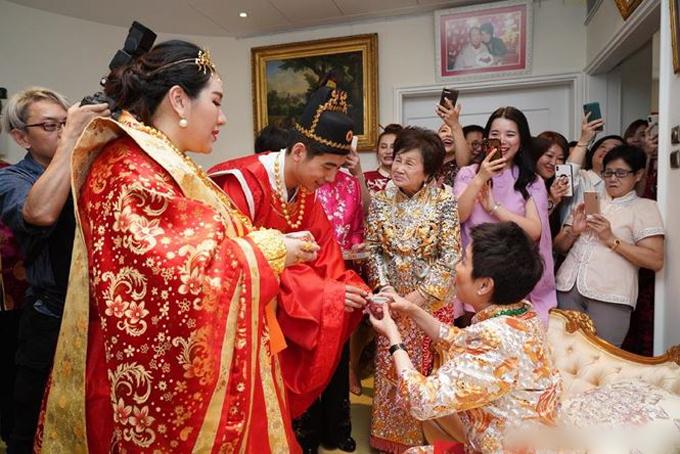 Tân Kỳ Cơkính trà mẹ vợ. Vì Hà Siêu Doanh đang mang thai đôi nên trông vóc dáng của cô có sự nặng nề trong trang phục cưới.
