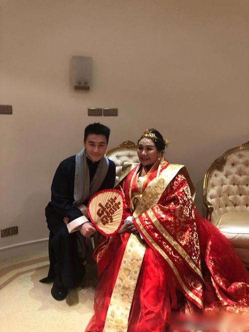 Trên trang Instagram của thiếu gia Hà Du Quân - chồng sắp cưới của chân dài Victorias Secret Ming Xi đăng tải hình ảnh anh đứng quạt cho chị gái.Cô dâu Hà Siêu Doanh dự sinh vào tháng 9 năm nay.