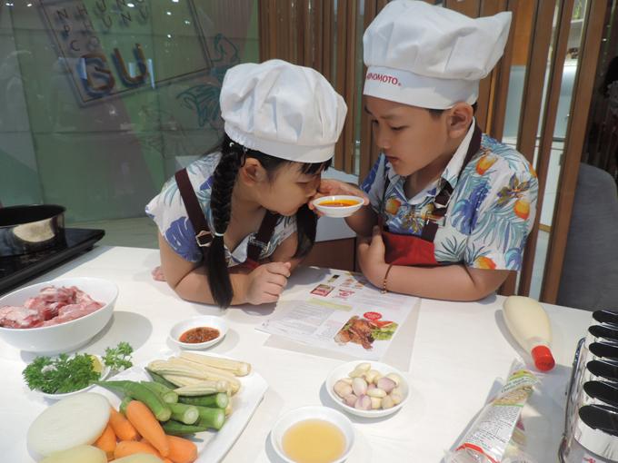 Thông qua những trải nghiệm nấu nướng, các em nhỏ cũng hiểu thêm về ý nghĩa quan trọng trong bữa cơm nhà, từ đó hình thành thói quen sẻ chia nấu nướng, vun đắp hạnh phúc trong tương lai.