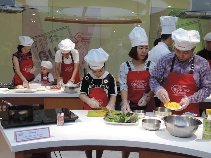 Vừa qua, Ajinomoto Cooking Studio phối hợp cùng Trung ương Hội liên hiệp Phụ nữ Việt Nam tổ chức lớp học nấu ăn với chủ đề Công thức hạnh phúc dành cho 9 gia đình trẻ tại Hà Nội nhân ngày Gia đình Việt Nam 28/6.