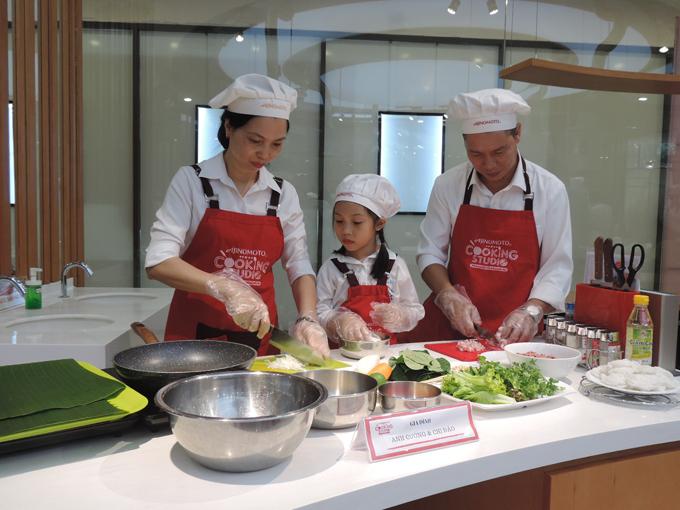 Tiếp theo, các thành viên trong nhà sẽ cùng phối hợp để thực hiện thử thách chế biến một món ăn cho bữa cơm gia đình do đầu bếp Ajnomoto Cooking Studio hướng dẫn.