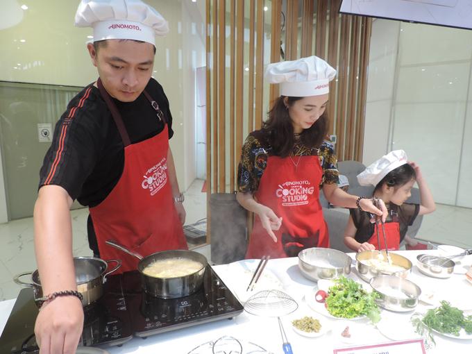 Tham gia lớp học, diễn viên Quân Anh cho biết: Bản thân yêu thích công việc nấu ăn, thậm chí, tôi tự tin chế biến các món bằng bếp củi. Dù cuộc sống bận rộn, vợ chồng tôi vẫn duy trì bữa cơm gia đình để thêm khoảnh khắc gần nhau, cùng chia sẻ những vất vả sau một ngày làm việc.