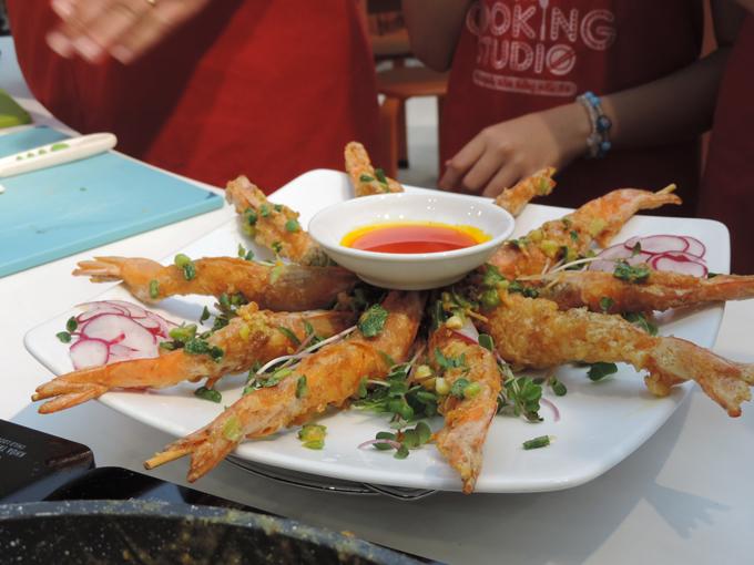 Hiểu rõ vai trò của người nội trợ và bữa cơm gia đình, vì vậy, các đầu bếp của Ajinomoto Cooking Studio đã nghiên cứu, giới thiệu cho vợ chồng trẻ cách chế biến món ăn tiết kiệm thời gian, ngon, lạ miệng đáp ứng yêu cầu dinh dưỡng như: Gỏi vịt trái cải, cơm chiên giòn hải sản, gà cuộn phô mai, tôm chiên hoàng kim...