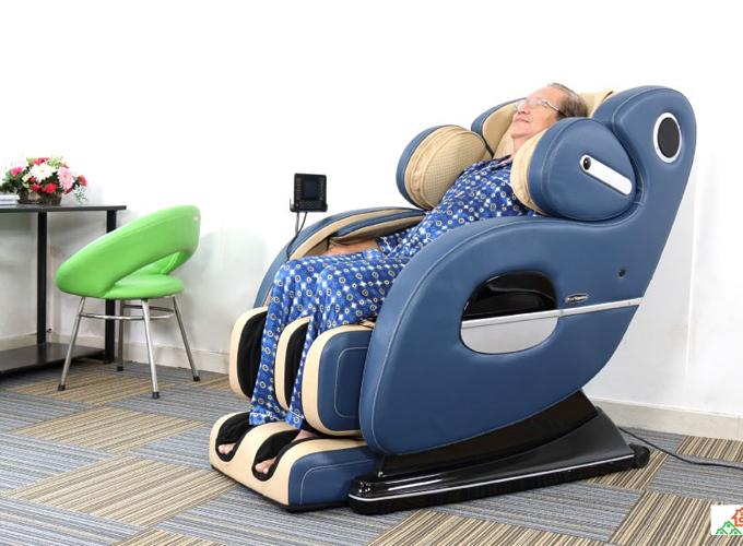 Để bày tỏ lời yêu thương tới đấng sinh thành, nhiều người có xu hướng lựa chọn các món quà hướng tới sức khỏe, có giá trị lâu dài. Bên cạnh nệm chăm sóc sức khỏe, ghế massage cũng là một trong những món quà nhiều người lựa chọn làm quà tặng cha dịp này. Ghế massage Elip Napoleon với công nghệ massage con lăn 4D và massage không trọng lực bằng túi khí xoa bóp, đấm, vỗ, ấn huyệt hiệu quả từ cổ đến mông theo trục S... giúp loại bỏ căng thẳng, giảm đau lưng, tăng cường tuần hoàn máu khắp cơ thể, phù hợp cho người lớn tuổi. Xem thêm nhiều sản phẩm tại đây.