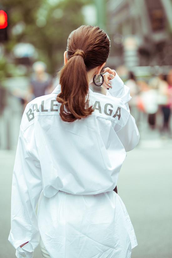 Cùng với các mẫu áo bó sát, áo crop-top khoe trọn eo thon, mùa hè này Ngọc Trinh còn yêu thích kiểu áo sơ mi phom dáng rộng của Balenciaga.