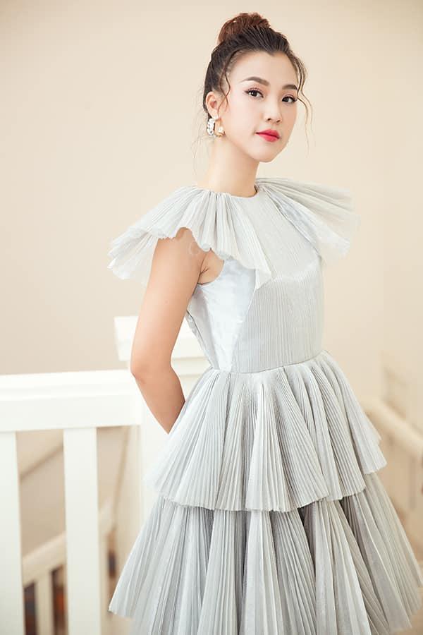 Chất liệu ánh kim, vải metalic, vái dập ly theo đúng xu hướng được Hà Nhật Tiến sử dụng một cách khéo léo và mang tới nhiều mẫu váy bắt mắt.