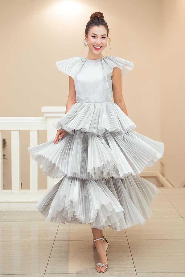 MC Hoàng Oanh chọn váy xếp tầng, tạo khối sinh động bởi việc dùng vải dập ly để mang tới điểm nhấn cho trang phục.