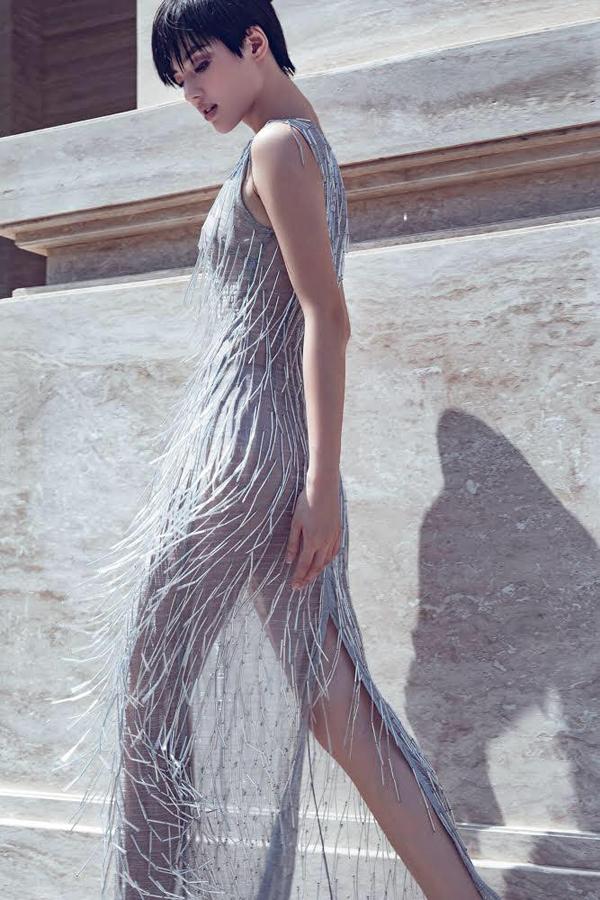Váy xuyên thấu trang trí tua rua kim loại là sản phẩm được ưa chuộng nhất. Nó được Khánh Linh, Bích Phương, Jun Vũ chọn lựa để chưng diện ở nhiều không gian, bối cảnh khác nhau.