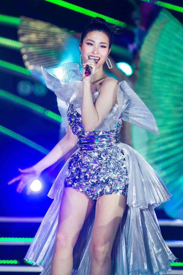 Vải ánh kim chứa đựng sự hào hoáng, bóng bẩy và có khả năng bắt sáng cao. Vì thế nhiều ca sĩ cũng chọn lựa trang phục của Hà Nhật Tiến để xuất hiện trên sân khấu ca nhạc.