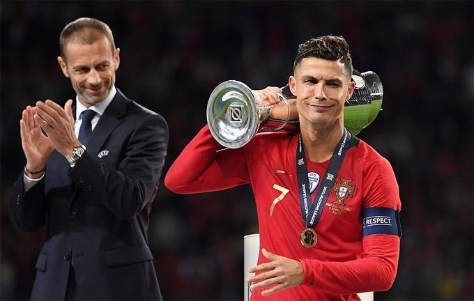 C. Ronaldo tiếp tục bổ sung bộ sưu tập Cup của anh.