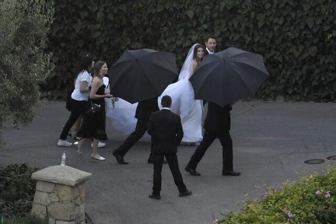 Chris Pratt nắm tay vợ mới bước vào nơi tổ chức đám cưới.