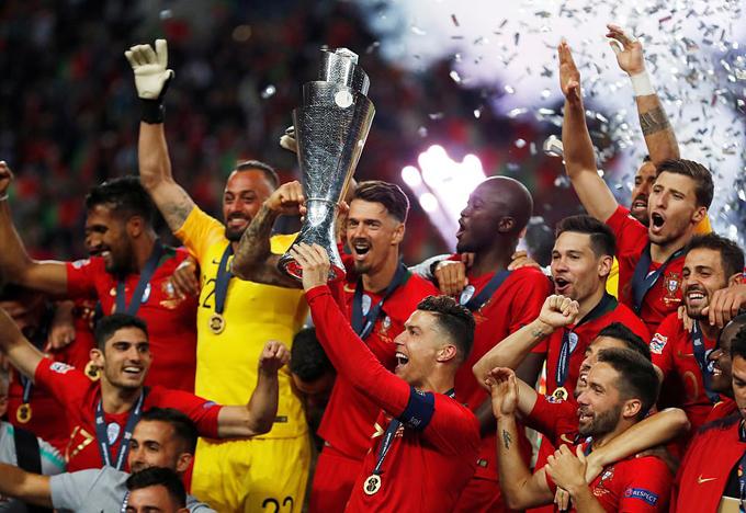 C. Ronaldo cùng các đồng đội giơ cao Cup vô địch Nations League