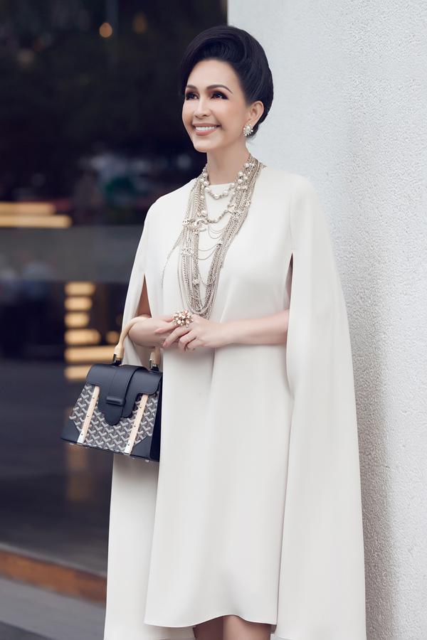 [Caption]Tại sự kiện, Diễm My chọn diện một thiết kế của Đỗ Mạnh Cường với tông màu beige ngọt ngào. Bộ cánh được kết hợp hoàn hảo với hoa tai, vòng cổ của Chanel, nhẫn của Oscar de la Renta, túi Goyard, giày YSL.