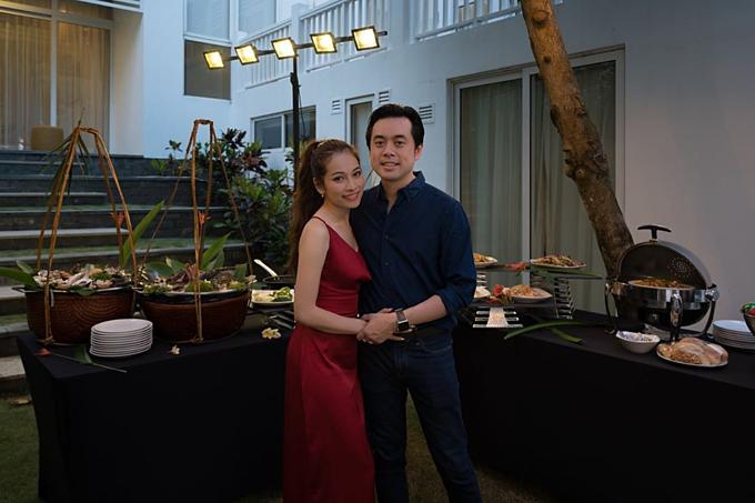Vợ chồng Dương Khắc Linh khoe ảnh trong chuyến du lịch tại Đà Nẵng.