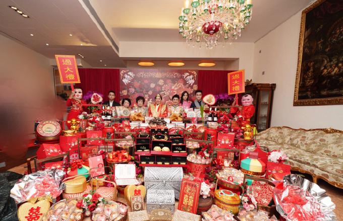 Còn của hồi môn của gia đình dành cho Hà Siêu Doanh gồm bào ngư vi cá, vòng vàng long phụng, trang sức châu báu. Cô được bố mẹtặng trang sức và vàng trị giá 100 triệu USDHongkong  (), cùng một ngôi nhà 500 triệu USDHongkong (tương đương 1.500 tỷ đồng) cho lễ đính hôn.