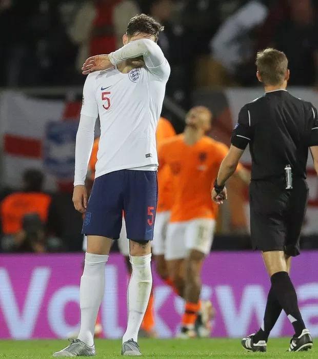 John Stones buồn rầu và thất vọng khi mắc lỗi dẫn tới bàn thua duy nhất trong trận bán kết với Hà Lan