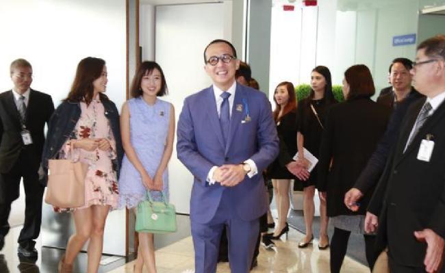 Ông Lý đưa Gia Văn (váy xanh) đi sự kiện.