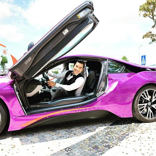 MC Nguyên Khang cốtạo dáng sống ảo với siêu xe dù trời nắng nóng.