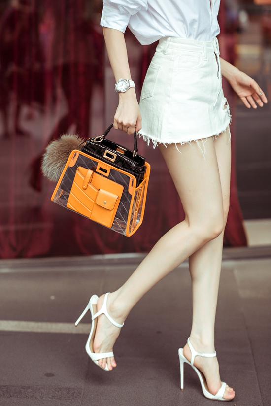Mẫu túi da bóng phối hợp chất liệu plastic của Fendi vừa mới ra lò đã được Ngọc Trinh mua về. Người đẹp cho biết, cô khá thích thú vì là sao Việt đầu tiên sở hữu món hàng hiệu này.