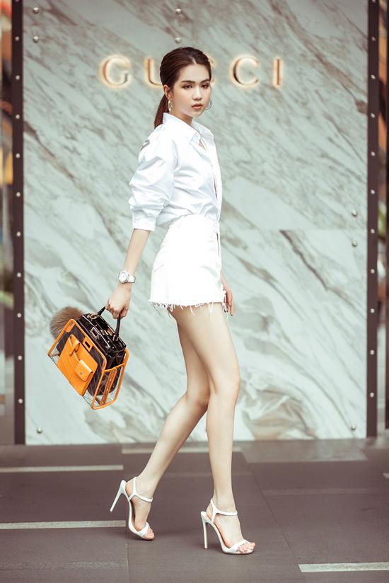 Nhân dịp dạo qua khu mua sắm nổi tiếng của Đảo quốc Sư tử, Ngọc Trinh dùng mẫu túi hiệu vừa sắm để tạo điểm nhấn cho set đồ.