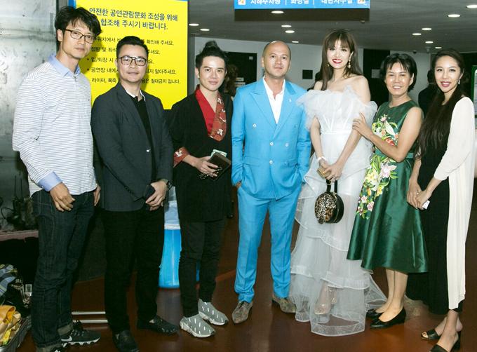 Oanh Yến vui vẻ hội ngộ nhà thiết kế gốc Việt Patrick Phạm và những người bạn tại Hàn Quốc.