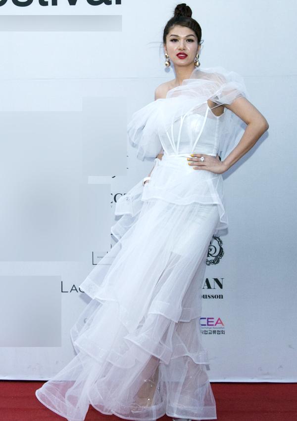 Hoa hậu quê Vũng Tàu mang nhiều váy áo dự sự kiện tổ chức tại thủ đô Seoul.