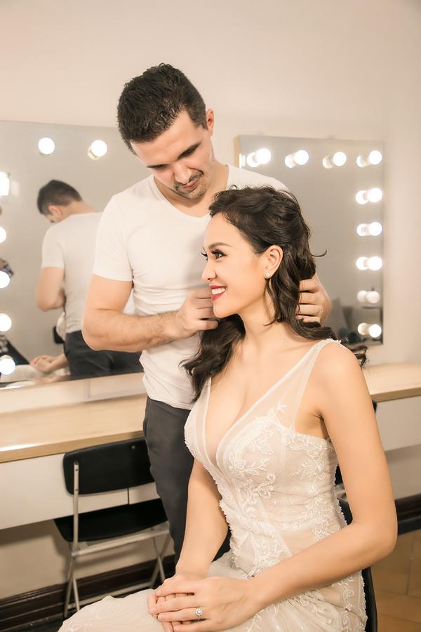 Dựa vào ước mong này của Phương Mai, chuyên gia trang điểm Dũng Nguyễn đã chọn hai layout make-up với tóc dài để giúp cô dâu trở nên dịu dàng, e ấp hơn, nhưng vẫn không kém phần cuốn hút.