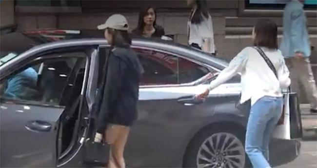 Sau khi mua sắm, nhóm người rời đi trên chiếc xe của Gia Văn. Đây là xe hơi mà bạn trai tặng cho cô làm phương tiện di chuyển, có tài xế riêng phục vụ.