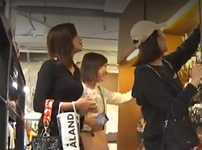 Quách Gia Văn trông rất vui vẻ khi đi mua sắm với bạn bè. Cô để mặt mộc, không trang điểm, trông rất bình dân.