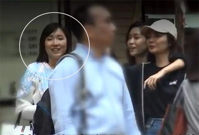 Cánh paparazzi Hong Kong ghi lại cảnh Á hậu Quách Gia Văn đi mua sắm với bạn bè tại một khu bình dân hôm cuối tuần vừa qua. Dù được đại gia chu cấp cho cuộc sống sung sướng:ở nhà triệu đô, đi xe sang có tài xế riêng, nhưng Áhậu sống khá giản dị. Cô thường chọn lựa trang phục của các thương hiệu bình dân vàxài đi xài lại một chiếc túi, trái với phong cách sống trên hàng hiệu của nhiều người đẹpHong Kong đượcđại gia bao nuôi.