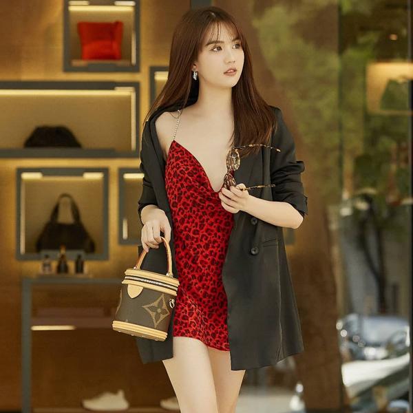 Blazer dáng rộng là mốt được nhiều ngôi sao thế giới và Việt Nam yêu thích ở mùa mốt năm nay. Ngọc Trinh cũng liên tục cập nhật xu hướng này để tăng sức hút cho phong cách dạo phố.