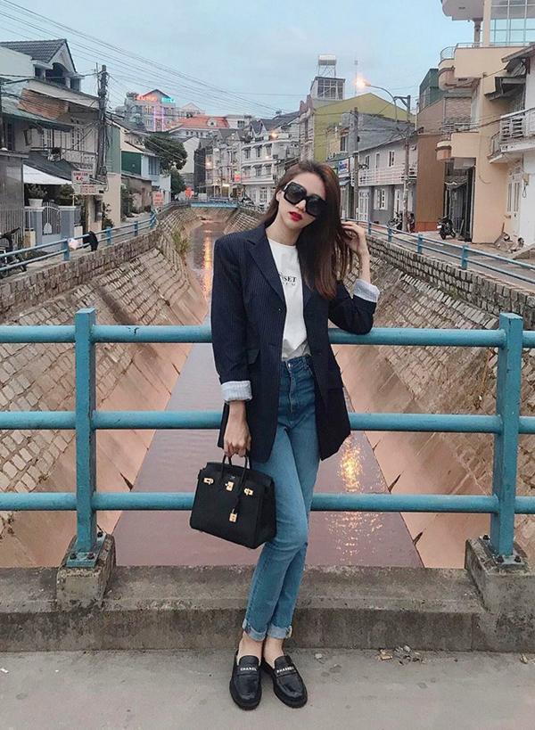 Diện áo khoác kiểu dáng thanh lịch cùng áo thun, quần jeans cổ điển là như Hương Giang là công thức được áo dụng nhiều nhất khi phối blazer.