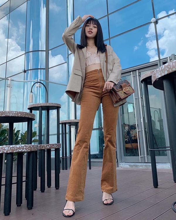 Thời gian gần đây, Tú Hảo không ngừng lăng xê các kiểu trang phục theo phong cách cổ điển. Các kiểu quần lưng cao, quần ống loe được người mẫu phối hợp hài hòa cùng các mẫu áo sexy và hợp xu hướng.