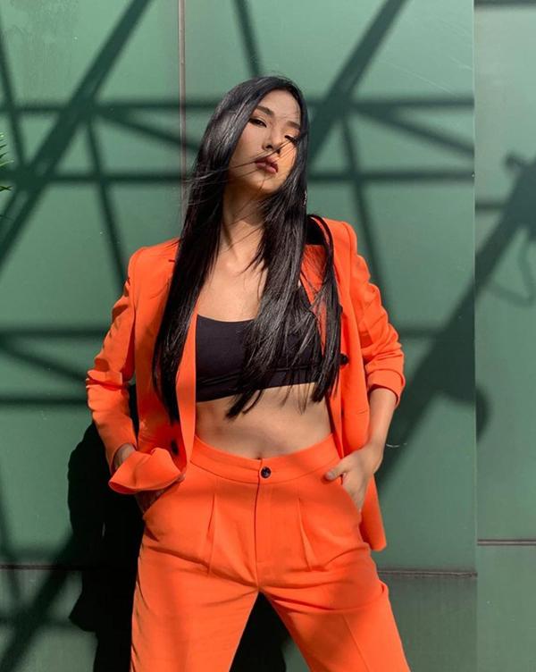 Bên cạnh áo blazer, các mẫu suit mang đậm phong cách hiện đại cũng được nhiều sao Việt yêu thích. Hoàng Thùy chọn tông cam nổi bật cho trang phục dạo phố.
