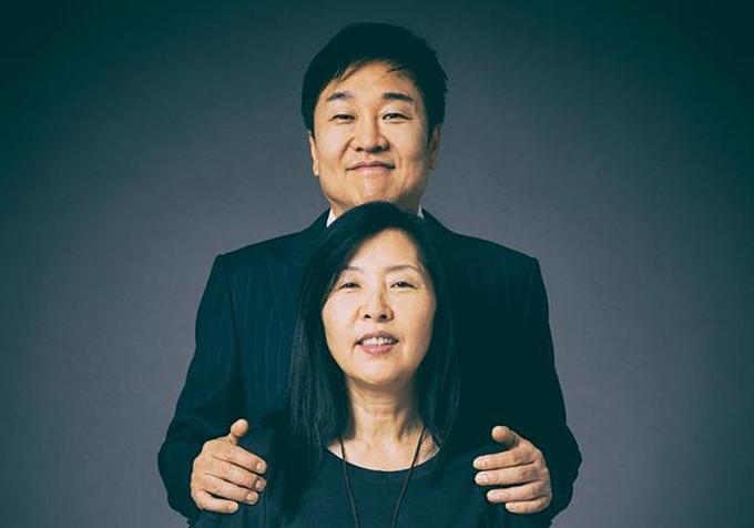5. Jin Sook (dưới)và Do Won Chang (3 tỷ USD): Vợ chồng Do Won Chang ít được biết đến nhưng là chủ nhânnhãnthời trang rất nổi tiếng. Họtừ Hàn Quốc đến Mỹ năm 1981tìm kiếm cơ hộilúcquê hươngnghèo khó. Cặp Changtrở thành một đại diệntỷ phú USD tiêu biểu đi lên từ tay trắng. Đến vùng đất mới, người chồng ban đầumưu sinh bằngba việc một lúc: rửa bát, bơm xăng và quét dọn văn phòng;trong khi vợlàm cho salon tóc. Đến 1984, Do Won vàJin Sooktiết kiệm đủ và mở một shop quần áo. Forever 21 vừa quađã làđế chế 815 cửa hàng và 4 tỷ USD doanh thu. Ảnh: Forbes.