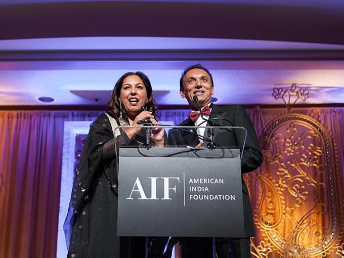 7. Neerja Sethi (trái)và Bharat Desai (2,4 tỷ USD):Năm 1980, cặp Mỹ gốc Ấn đồng sáng lập công ty tư vấn và gia công IT Syntel từ căn hộ ở Michigan. Desai trở thànhngười Mỹ - Ấngiàu nhất năm 2014; vợ anh, Sethi, trong nhóm phụnữ tự thân giàu nhất Mỹ. Tháng 10/2018, vợ chồng nàycàng giàu khimột hãng công nghệ Phápmua lạicông ty họ với giá 3,4 tỷ USD. Ảnh: CelebFamily.