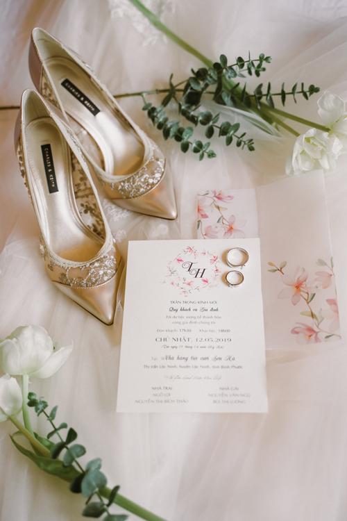 Thiệp cưới của uyên ương được thiết kế đơn giản, có họa tiết hoa cỏ làm tăng sự lãng mạn.