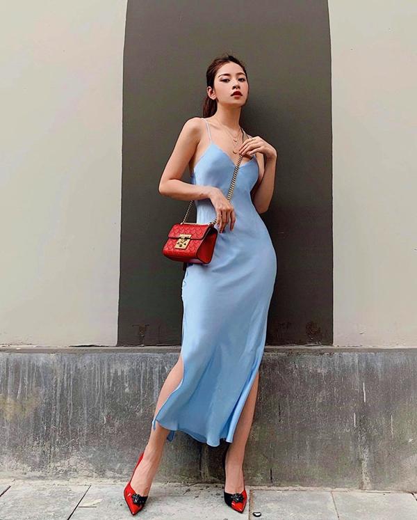 Chi Pu nhẹ nhàng và không kém phần gợi cảm khi xuống phố với váy lụa tông xanh thiên thanh. Phần thân váy được cắt may tinh tế để tôn đường cong cho người mặc.