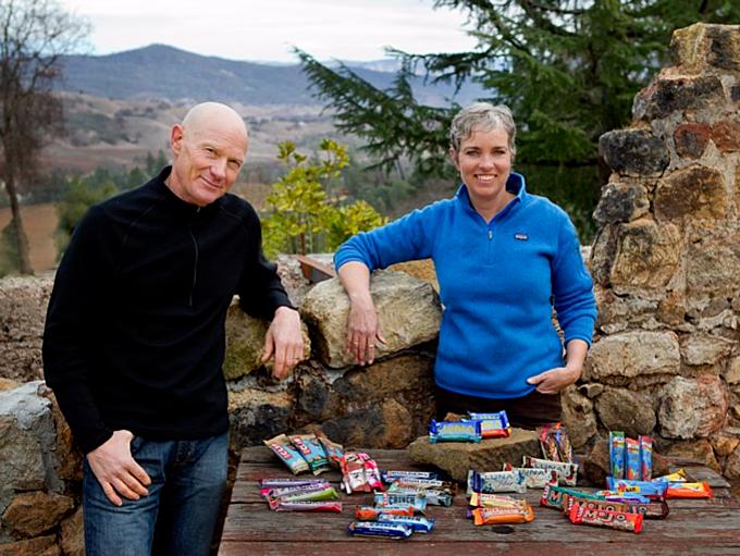 9. Kit Crawford (phải)vàGary Erickson (1,8 tỷ USD): Erikson gặp Crawford lần đầu khi bà làm thêm tại tiệm bánh của ông. Bà giúp quản lý bán hàng trong lúc ông phát minh ra những thanh dinh dưỡng Clif Bar, ngày nay làthương hiệucho mọi nhà ở Mỹ và biến đổi cuộc sống hai người. Ảnh:Clif Bar & Company.